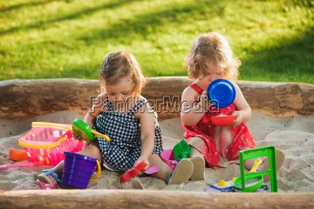 die beiden kleinen maedchen spielen spielzeug