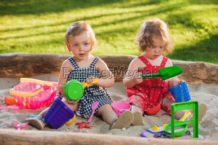 die beiden kleinen babys spielzeug spielen