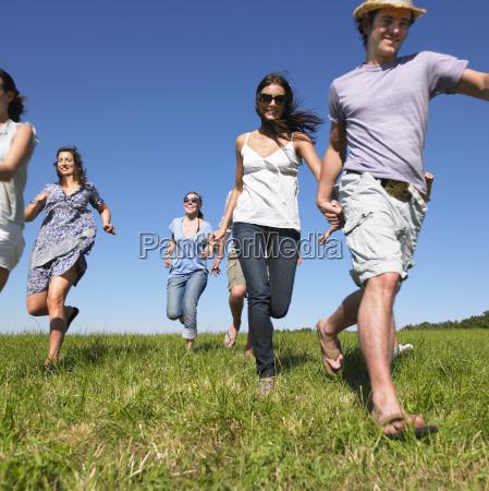 gruppe, junger, menschen, die, im, feld, laufen - 18158480
