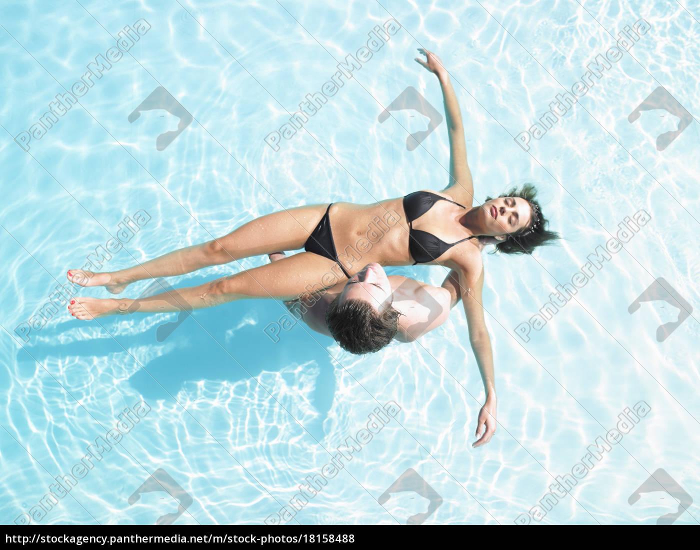 mann, hält, frau, schwimmend, im, pool - 18158488