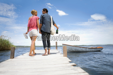 couple starting a boat trip