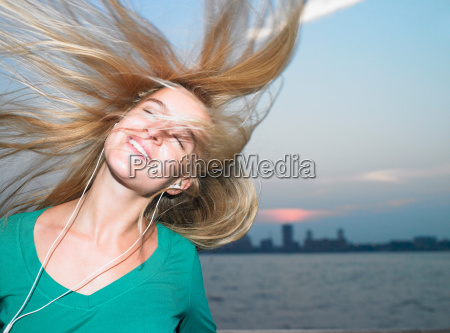 woman listening to her mp3 player