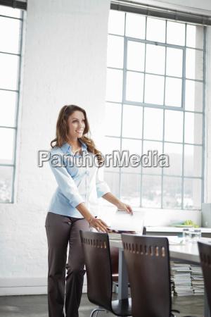 geschäftsfrau, steht, am, schreibtisch, im, büro - 18162324
