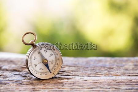 jahrgang kompass auf holzuntergrund
