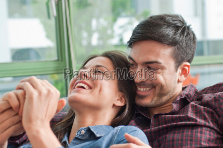romantische junge paar auf dem sofa