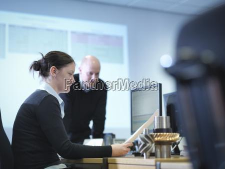 ingenieure die computerunterstuetztes design im fabrikbuero