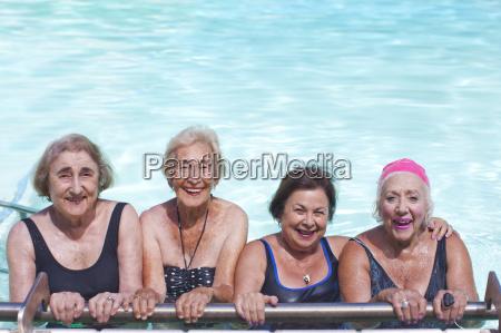 portraet von vier seniorinnen im schwimmbad