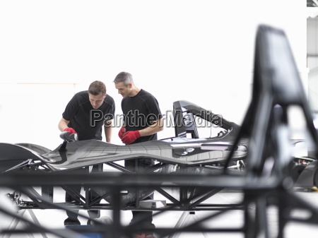 ingenieure inspektion kohlefaser auto karosserie in