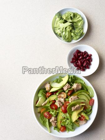 stillleben von thunfischsalat mit brokkoli und