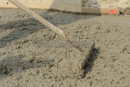 mit eisenrechen beton glaetten