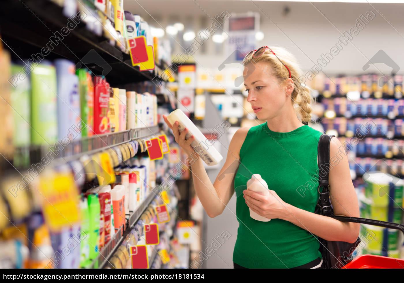 frau, einkaufen, persönliche, hygieneprodukte, im, supermarkt. - 18181534