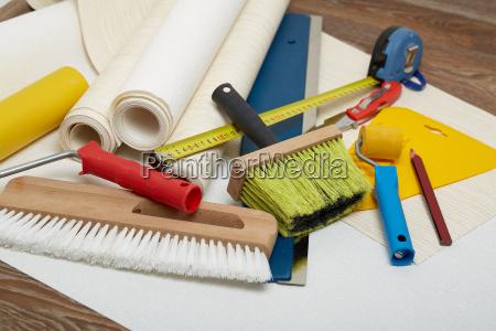 rolls von tapeten und verschiedenen werkzeugen