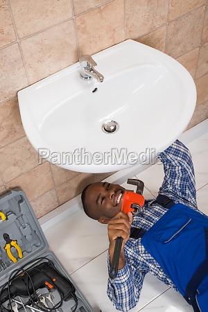 klempner der wanne im badezimmer repariert