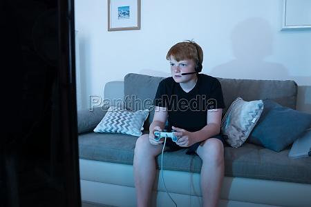 junge beim spielen von videospielen