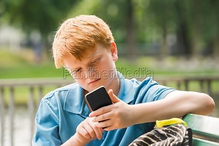 schoolboy mit smartphone