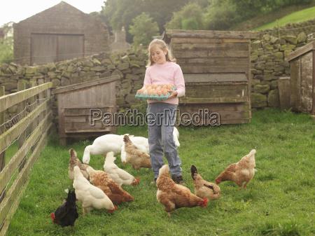 maedchen halten tablett von eiern mit