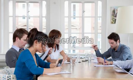 menschen, bei, einem, konferenztisch - 18204290