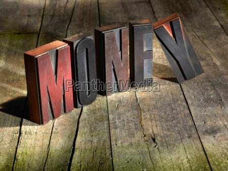 holzblöcke, die, geld, buchstabieren - 18211394