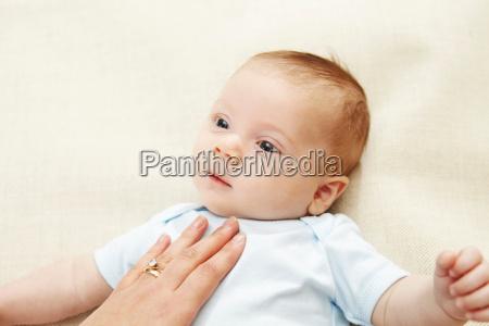 baby boy unterstuetzt von hand