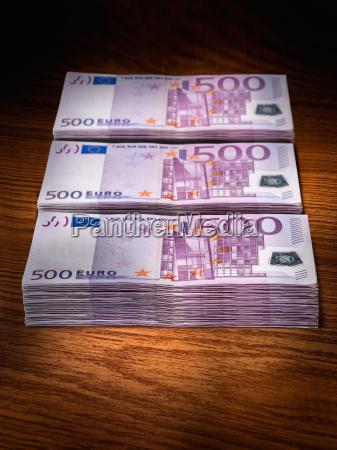 drei stapel von 500 euro scheinen