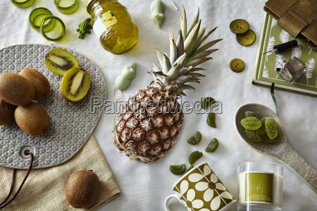 gruen gefaerbtes stillleben mit ananas und