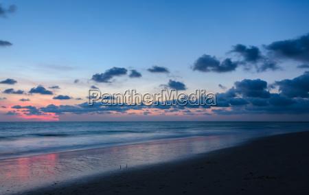 strandsonnenuntergang mit schoenem skyline nachgluehen