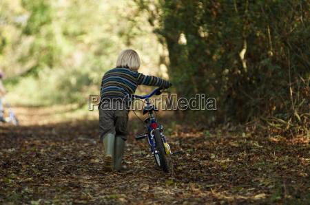 junge, der, fahrrad, in, der, landschaft - 18225300