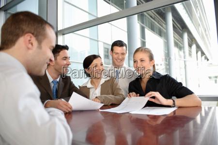 präsentation, mit, jungem, business-team - 18226350