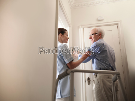 frau flur daheim zuhause medizinisches medizinischer