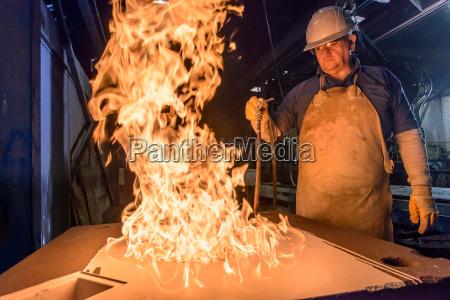 arbeitsstaette industrie dunkelheit heiss handschuh metall