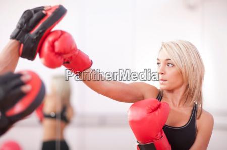 frau halle sport weiblich maennlich mannhaft