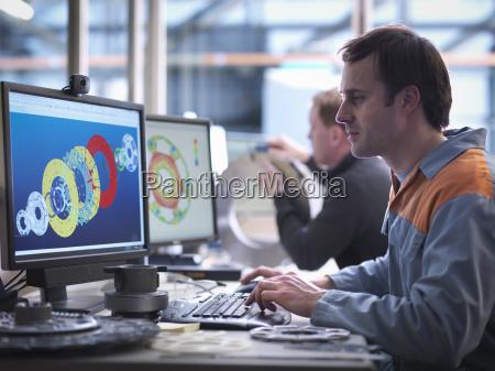 ingenieure konstruieren industriekupplungen mit cad software