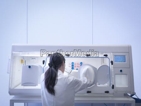 frau weiblich wissenschaft forschung befoerderung zukunft