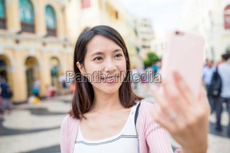 frau mit handy selfie in senado