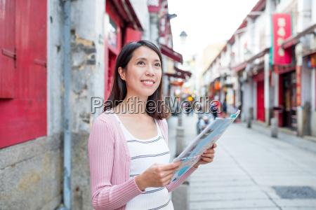 frau, mit, stadtplan, in, macao, stadt - 18251406