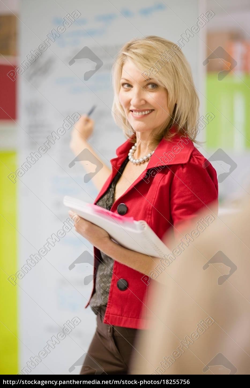 geschäftsfrau, zeigt, auf, bürovorstand - 18255756