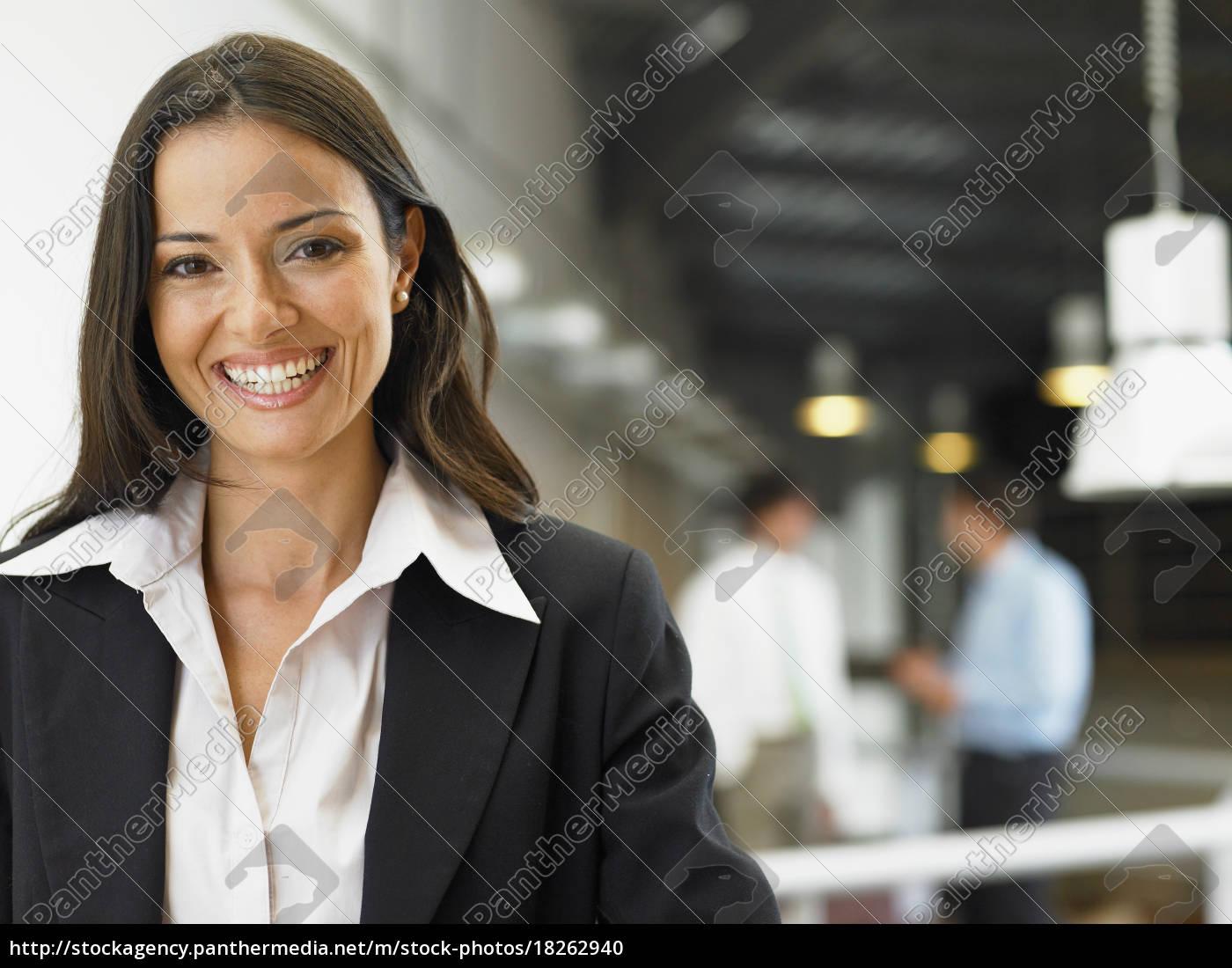 geschäftsfrau, die, in, einem, büro, arbeitet - 18262940