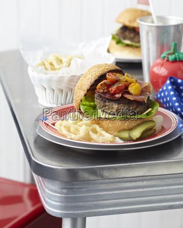 tisch fuer zwei personen mit cheeseburgern