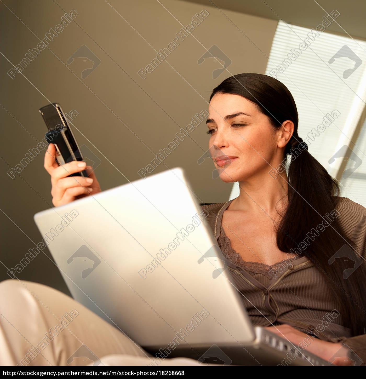 frau, mit, laptop, und, telefon - 18268668