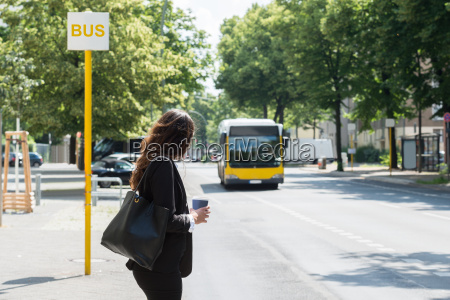 geschaefts waiting for bus
