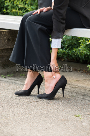 geschaeftsfrau die hand entfernen high heels