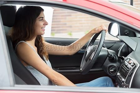 glueckliche frau sitzt im auto
