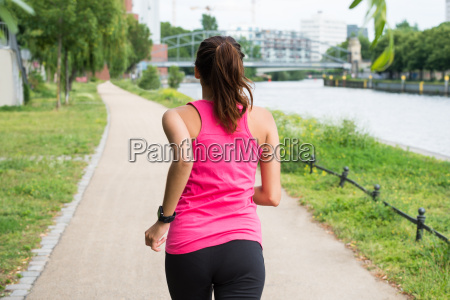 fitness frau laeuft im freien