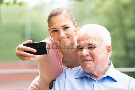 frau mit ihrem vater der selfie