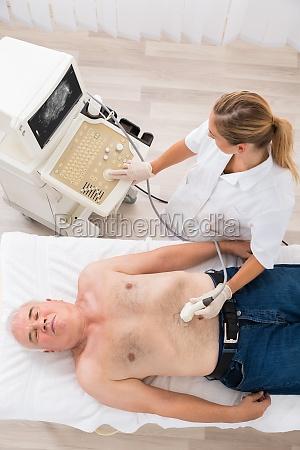 doktor mit ultraschall untersuchung auf dem