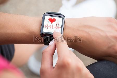 menschliche hand tragen smart watch showing