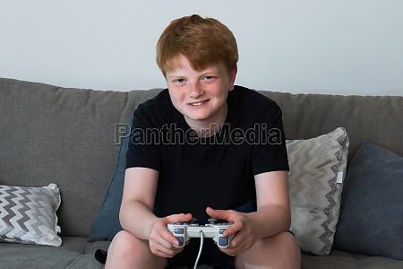 portrait des gluecklichen jungen videospiele spielen