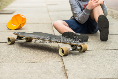 boy with knee injury sitting on