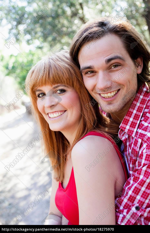 junges, paar, lächelnd, vor, der, kamera - 18275970