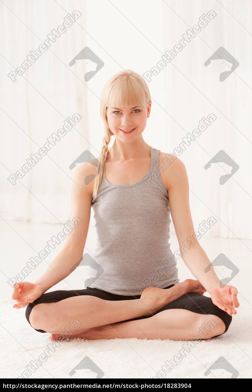 lächelnde, frau, meditiert, querbeinig - 18283904